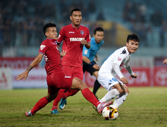 Hanoi and Quang Ninh players fight for the ball during their clash last weekend. (Photo: NHAN DAN/Tran Hai)