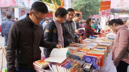 Hanoi book street attracts numerous readers