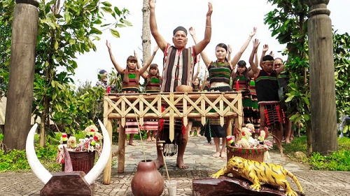 Gateway worshiping festival features culture of M'Nong people
