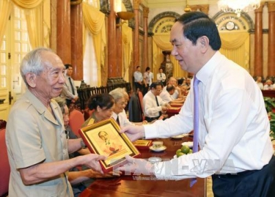 President meets with former caretakers of Uncle Ho