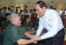 President presents gifts to wounded soldiers
