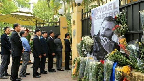 Vietnamese pay last respects to Fidel Castro