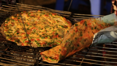 Grilled rice paper with egg - Vietnamese pizza