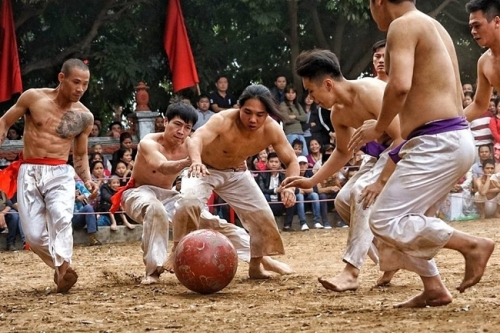 Young men show off power at Thuy Linh village's Vat cau festival