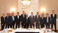 Prime Minister Nguyen Xuan Phuc meets with Dutch investors