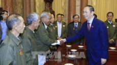 President receives Lao people with contributions to Vietnam's revolution