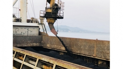 Cam Pha port loads first batches of coal in Lunar New Year