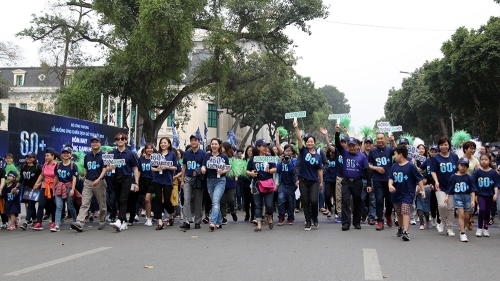 Hanoi: Over 1,000 people join walk in response to Earth Hour campaign