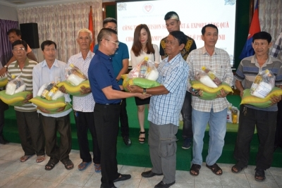 Gifts presented to needy overseas Vietnamese in Phnom Penh