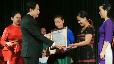 Vietnam Women's Union honours outstanding followers of Uncle Ho's example
