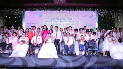 Couples with disabilities tie knot in Hanoi mass wedding
