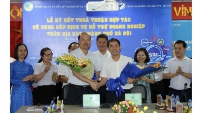 Hanoi vows to develop utility services for local businesses