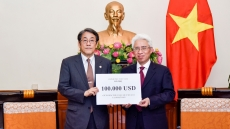 Vietnam presents donation to aid Japan's flood relief
