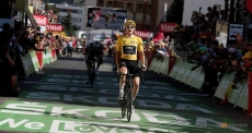 Thomas extends Tour lead amid unsavoury scenes at l'Alpe d'Huez