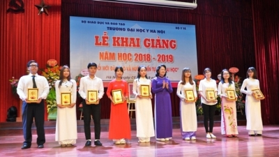 Vice President attends Hanoi Medical University's new school-year ceremony