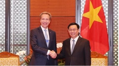 Deputy PM Vuong Dinh Hue receives WEF President