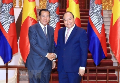 Prime Minister Nguyen Xuan Phuc receives Cambodian counterpart