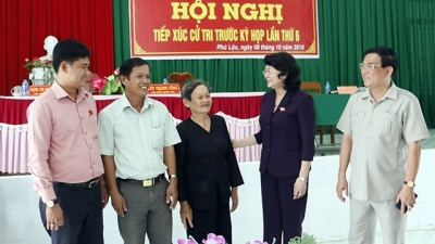 Acting President Dang Thi Ngoc Thinh meets voters in Vinh Long
