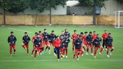 National squad practice under Hanoi's 13°C cold, preparing for AFF Cup final return leg