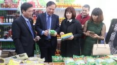Lao Cai's characteristic clean agricultural products introduced in Hanoi