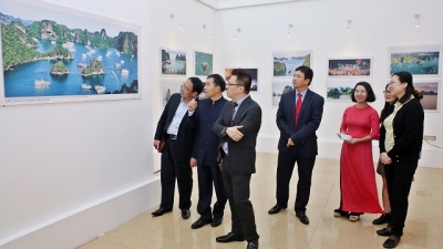 Photo exhibition on Vietnam, China's beauty opens in Hanoi