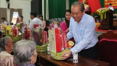 Leaders deliver Tet gifts to beneficiaries and the disadvantaged