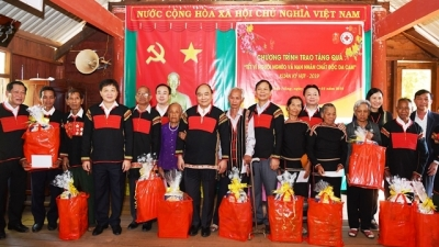 Prime Minister presents Tet gifts to needy households in Dak Nong