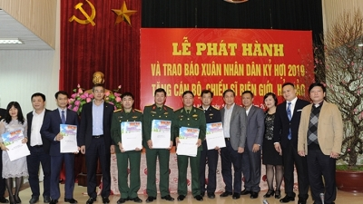 Nhan Dan Newspaper presents Tet issue to remote soldiers