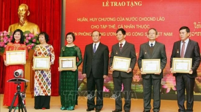 Vietnamese Party officials awarded Lao accolades