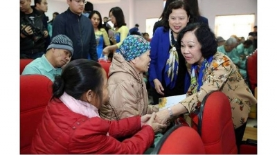 Politburo member visits cancer patients in Phu Tho province