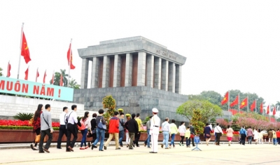 Thousands visit President Ho Chi Minh Mausoleum during Tet