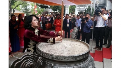 Vice President offers incense in commemoration of Trung Sisters