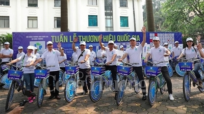 Bicycle parade honours Vietnamese national brands