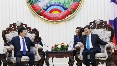 Deputy PM Trinh Dinh Dung meets Lao Prime Minister, NA Chairwoman