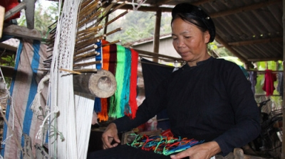 Experiencing traditional weaving in Culture-Tourism Village