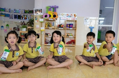 Most children in Hanoi's kindergartens and primary schools join school milk programme
