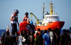 Spain says no deal with Italy on migrants, offers its ports