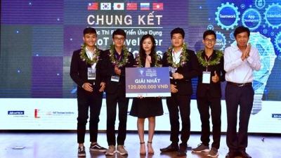 Hanoi's university wins top prize at AIoT app development contest