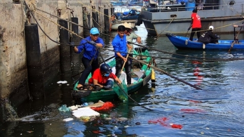 Binh Dinh youths join hands to clean the ocean