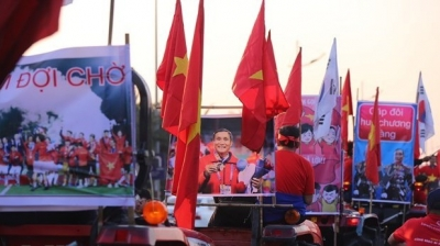 Thousands of Vietnamese fans welcome athletes home