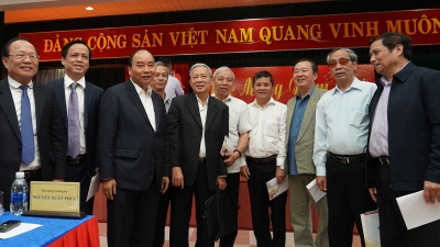 PM Phuc meets with former officials of central region