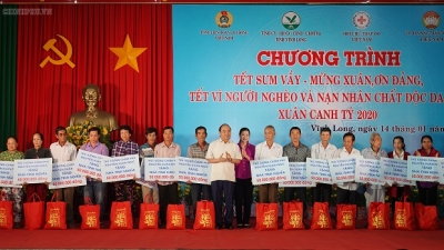 PM shares joy with poor people in Vinh Long as Tet approaches