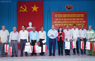 Prime Minister presents Tet gifts to needy people in Tra Vinh