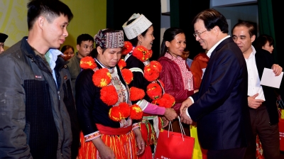 Deputy PM presents Tet gifts to needy people in Tuyen Quang province