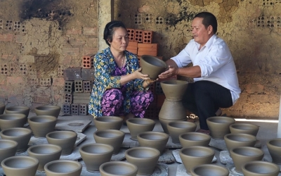 Keeping kiln burning in My Thien pottery village