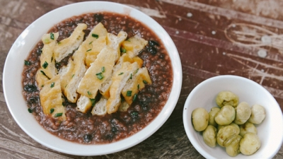 Bean porridge with tofu, pickled eggplants: A simple common dish in Hanoi