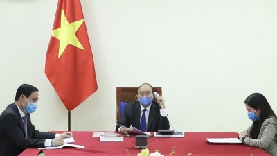 PM Phuc discusses COVID-19 fight with Chinese counterpart