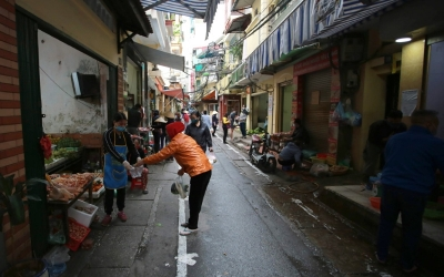 """Social distancing markets"" in Hanoi's old quarter"
