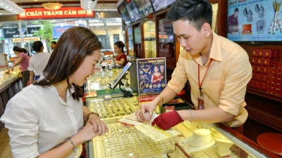 Gold prices plummet down, slipping off VND60 million