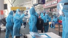 Tourists stranded in Da Nang following outbreak flown to Hanoi